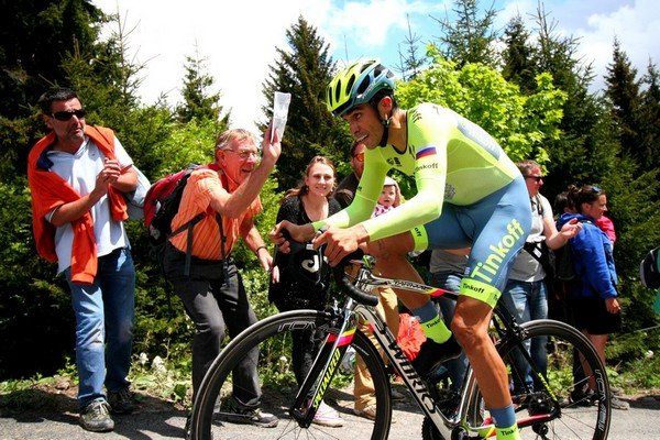 alberto contador riding the criterium du dauphine prologue in les gets 2016